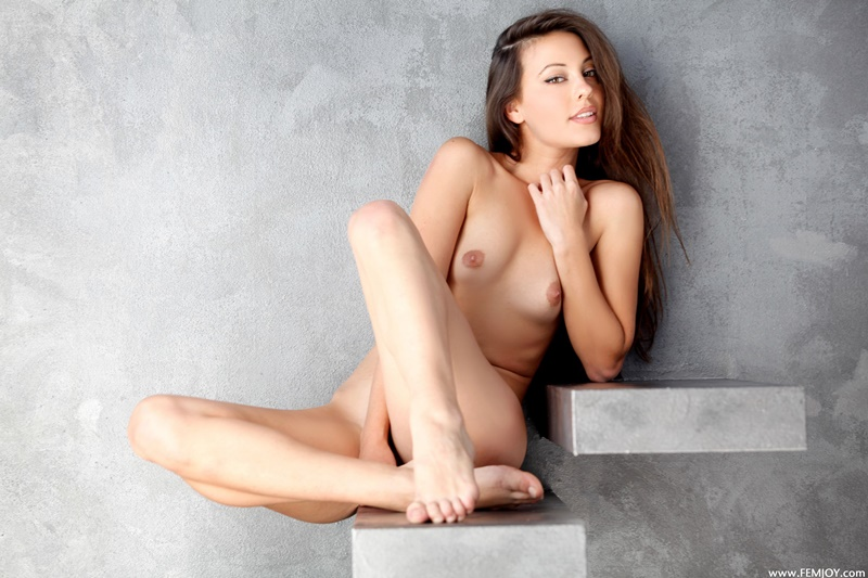 Morena sensual e gostosa pelada mostrando a buceta