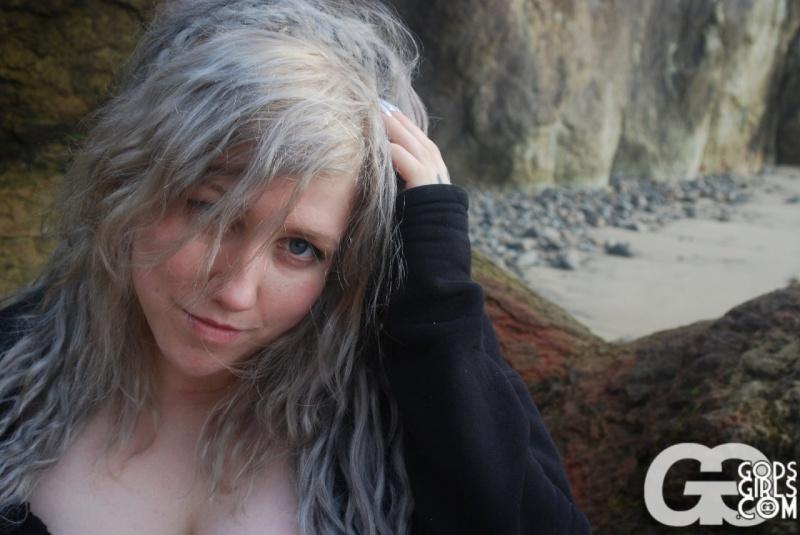 Lovage Gg Chasmal loira gordinha gostosa nua na praia