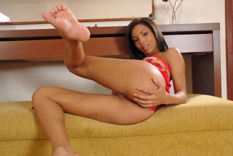 Negra sensual e muito safadinha mostrando a buceta