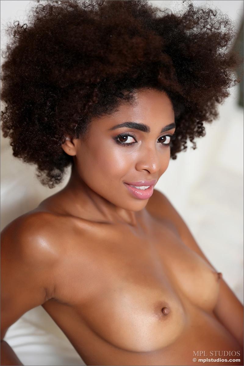 Negra sensual e gostosa peitinhos empinadinhos muito linda e