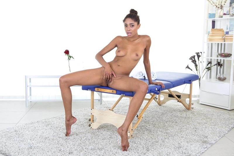 Negra brasileira muito safada e gostosa se masturbando