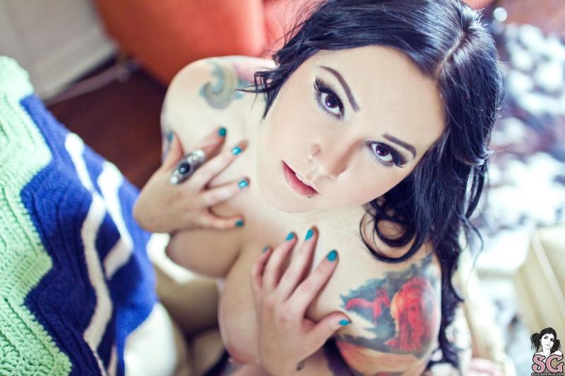 Morena tatuada com piercing no nariz pelada gostosa