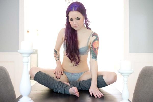 Morena linda de cabelos azuis com bela buceta depilada