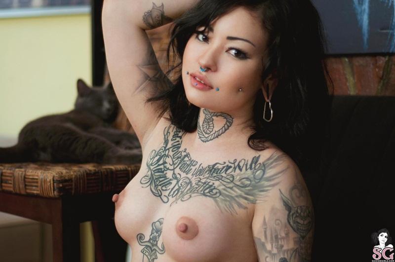 Marikosuicide Suicide Girls  morena delicia peladinha exibindo suas tatuagens safada dema