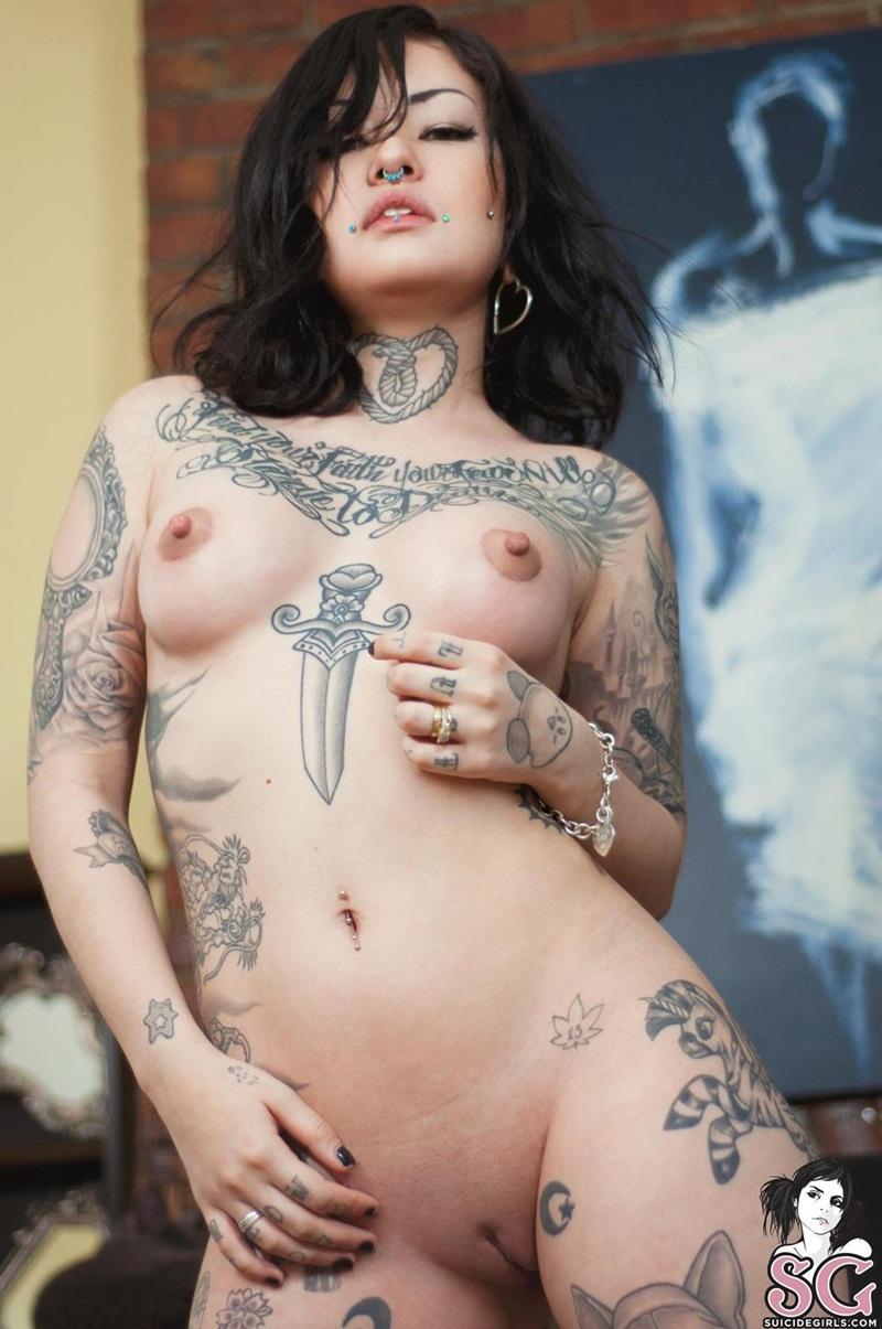 Morena delicia peladinha exibindo suas tatuagens safada dema
