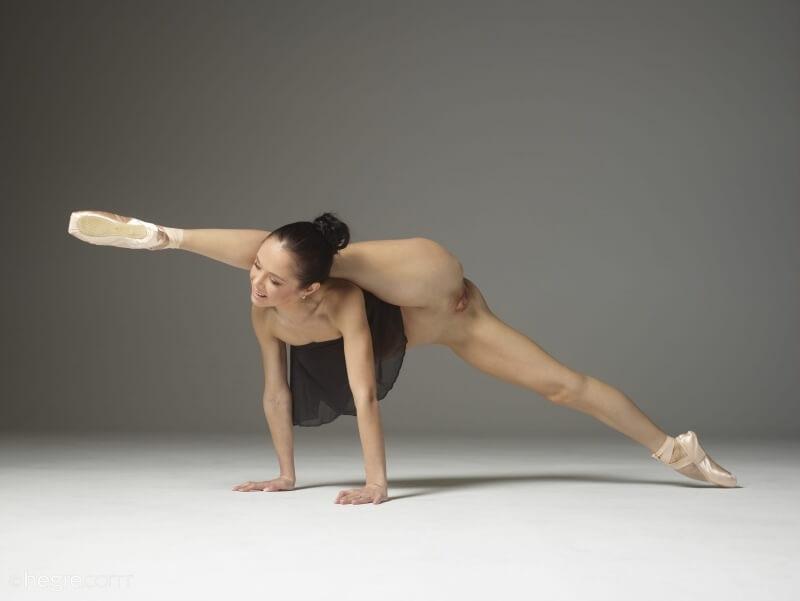 Bailarina muito gostosa com uma elasticidade incrível peladinha.