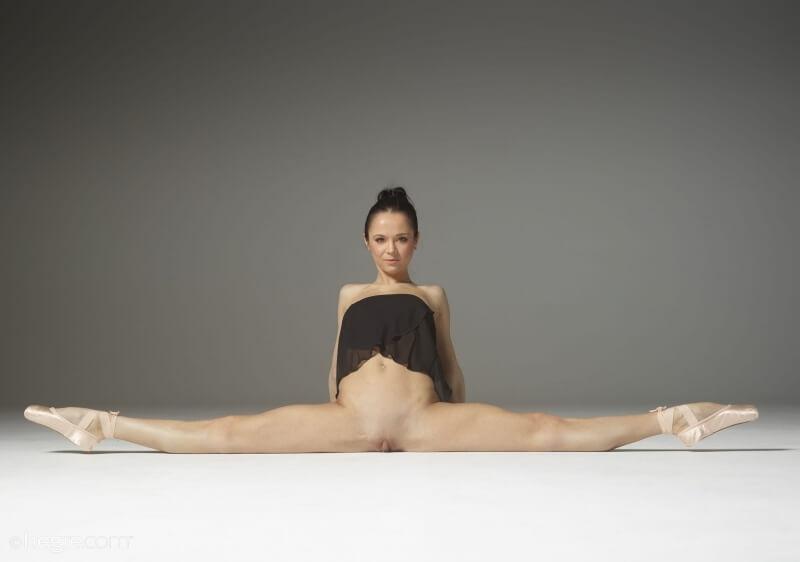 Matilda Bae bailarina muito gostosa com uma elasticidade incrível peladinha.