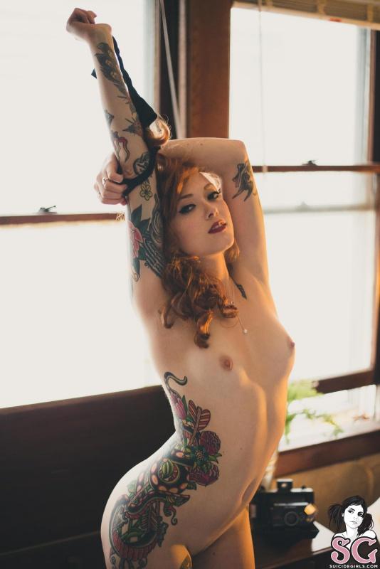 Maud Suicide Girls ruiva gostosa de lingerie preta e tatuagens sexy
