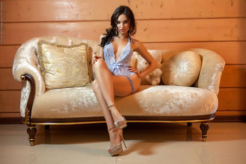 Melanie morena gostosa e sensual safadinha tirando a roupa delicia