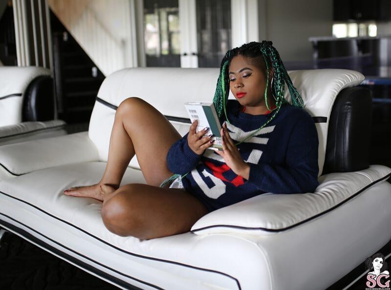 Melei Suicide Girls negra gordinha muito safada e peituda tirando a roupa
