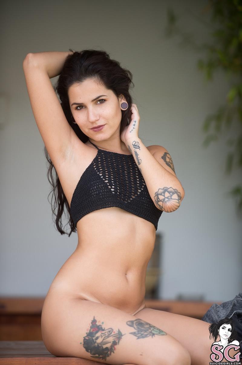 Morena safada e gostosa pelada mostrando a buceta