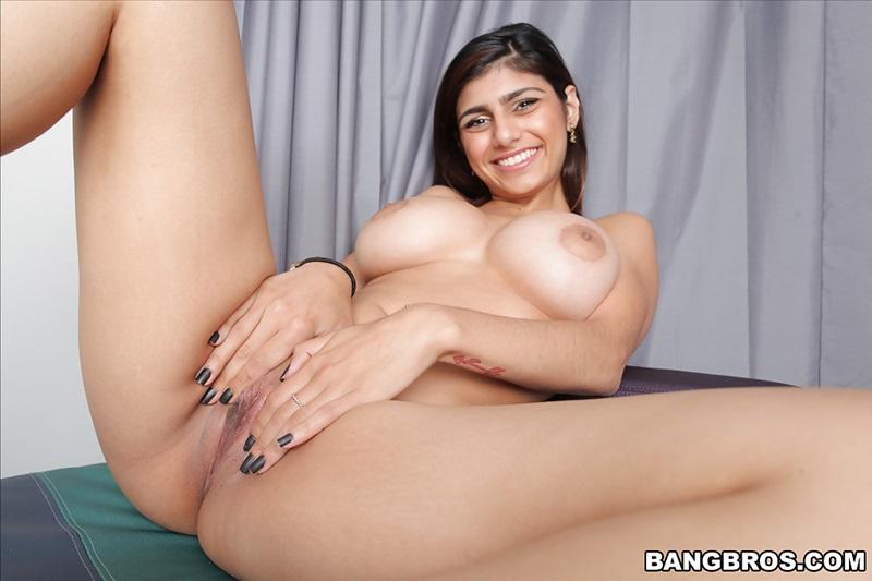 Gostosa peituda muito safada e sensual mostrando a buceta