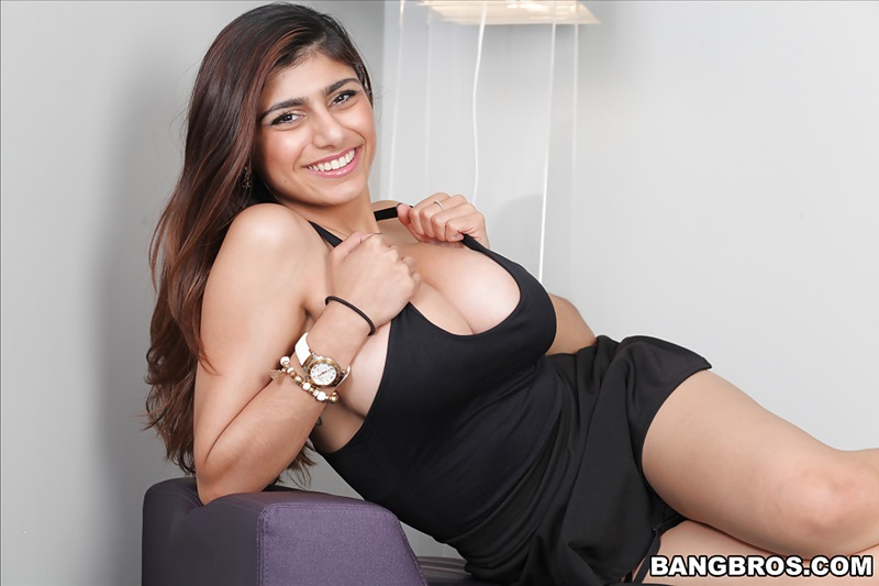 Mia Khalifa  gostosa peituda muito safada e sensual mostrando a buceta