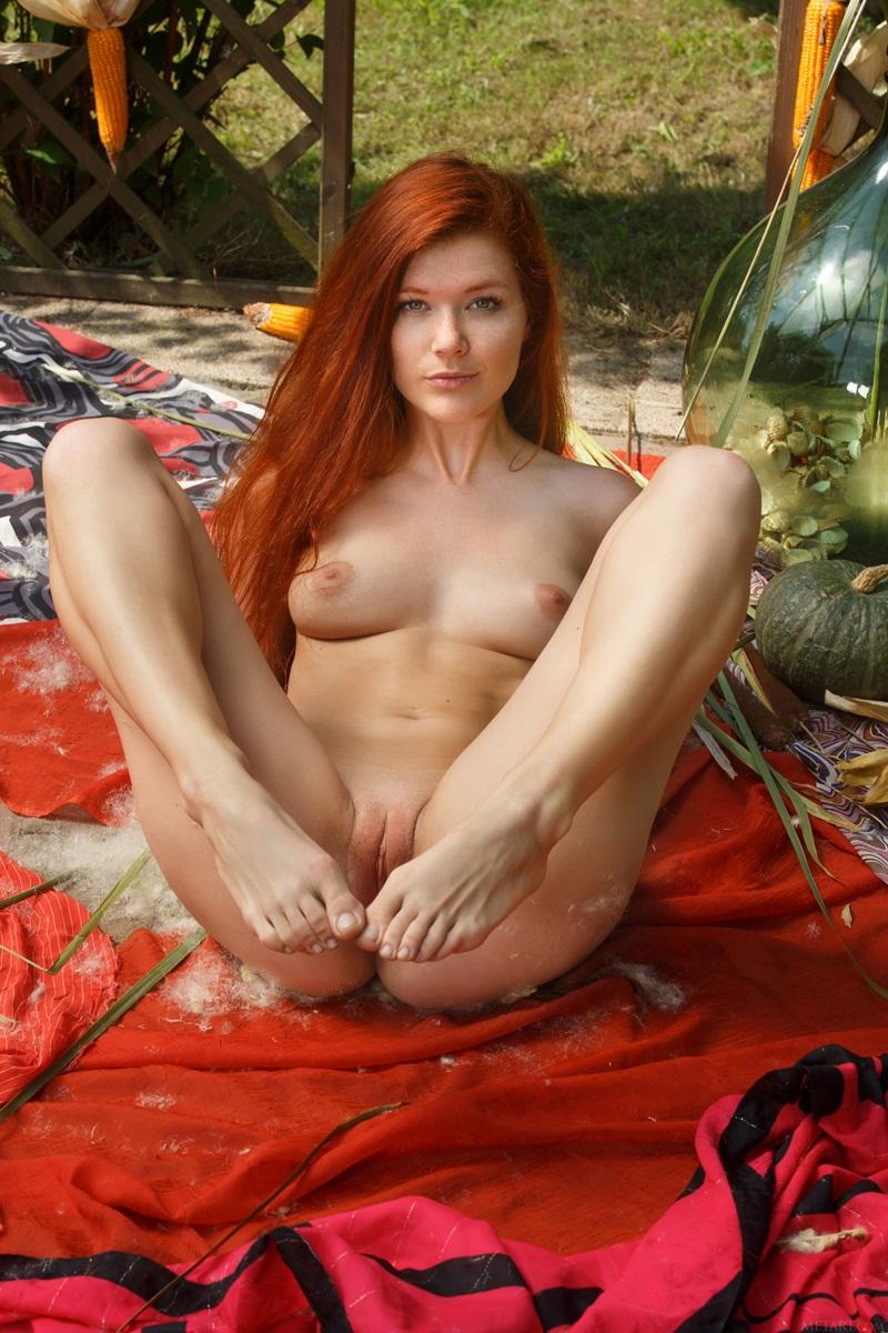 Ruiva maravilhosa peladinha no parque bem sensual e safada