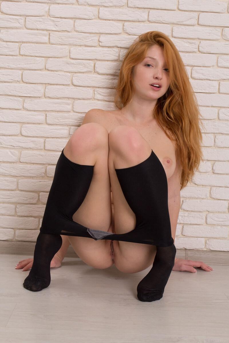 Ruiva peituda muito gostosa e sensual com tesão mostrando a
