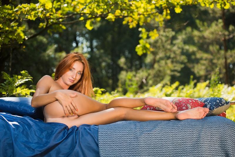 Ruiva gostosa mostrando seus belos peitinhos lindos e perfei