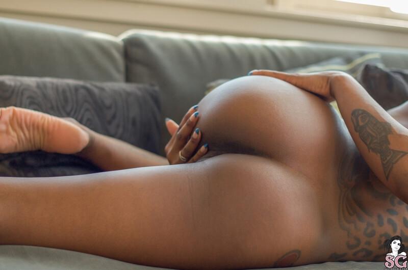 Negra safada e tesuda pelada de quatro mostrando a buceta