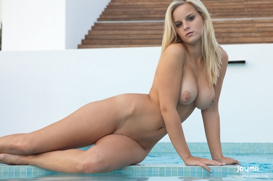 miela loirinha perfeita nua na piscina