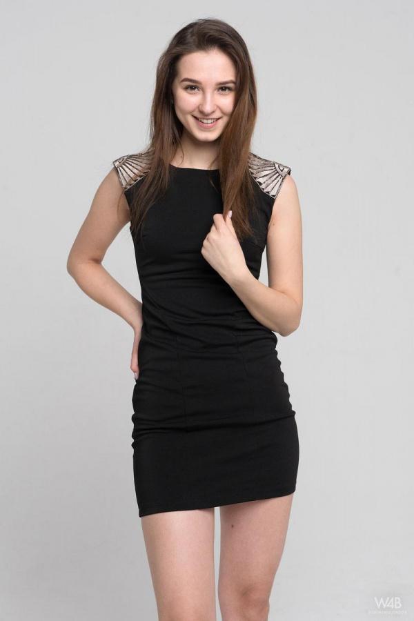 Milana Shows toda magrinha com seios pequenos e uma bela bunda.