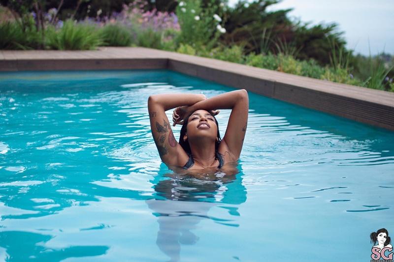 Negra gostosa pelada bem safada na piscina ninfetinha linda
