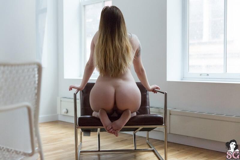 Morena sensual e safada de seios pequenos bem gostosa pelada