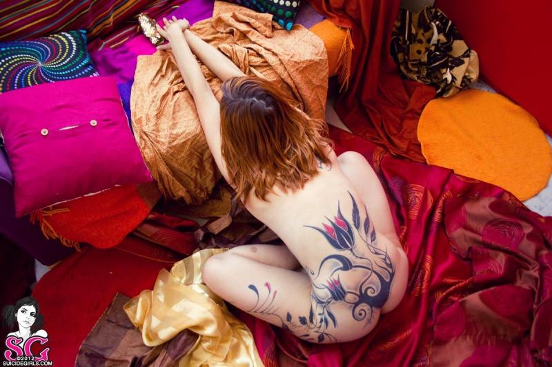 Ruivinha tatuada linda com peitinhos perfeitos