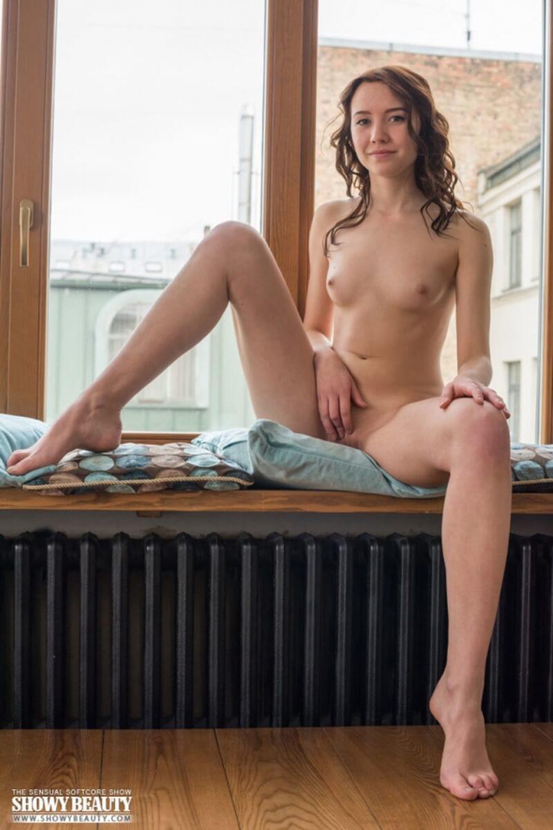 Uma gostosa mostrando toda sua sensualidade nesse lindo ensaio.