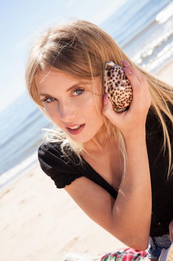 Monika Tempe loira peladinha neste ensaio na praia, que gostosa.