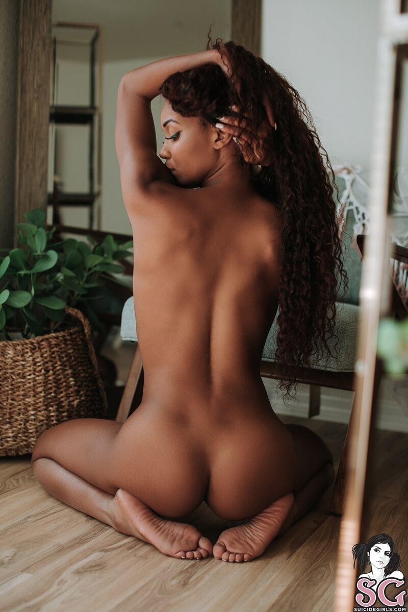 Negra magrinha e gostosa tirando roupa bem safada e gostosa