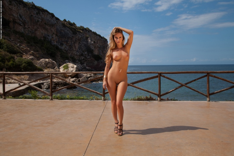 Natashaa loira perfeita gostosa pelada mostrando a buceta