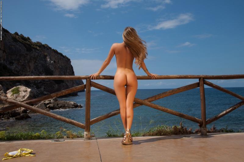 Loira perfeita gostosa pelada mostrando a buceta