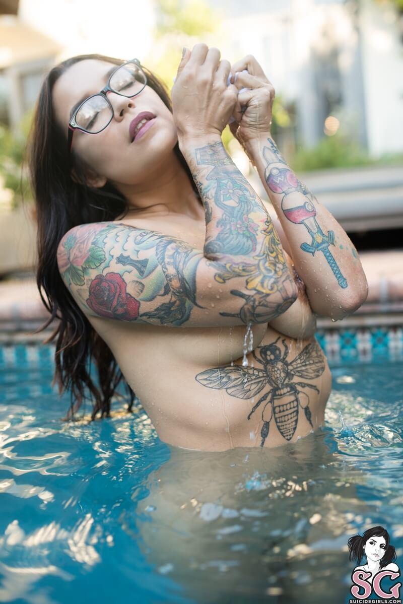Peituda safada e gostosa peladinha na piscina bem tesuda