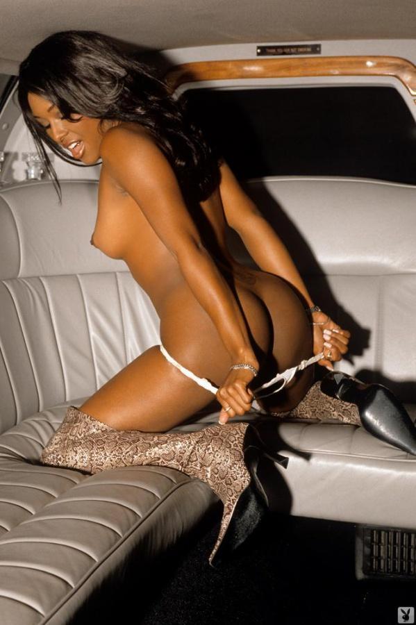 Negra gostosa nua em uma limousine bucetona gostosa