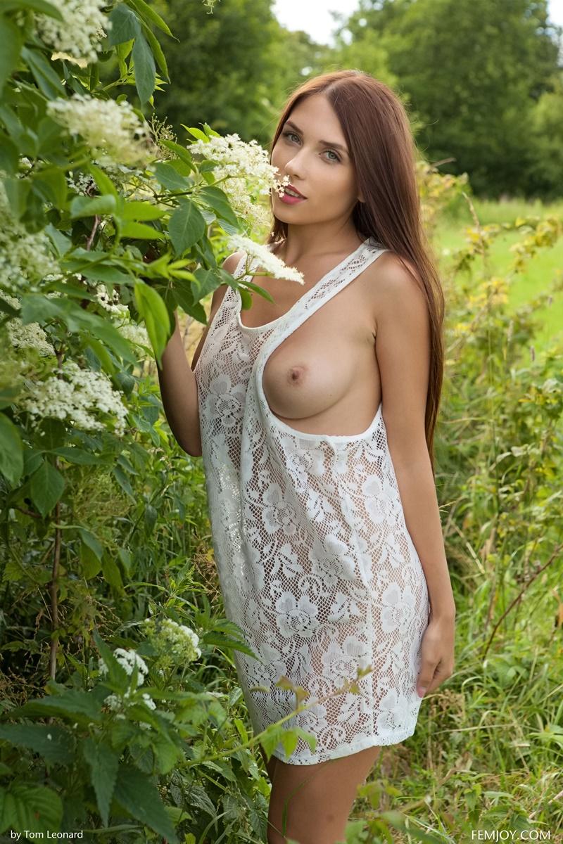 Niemira morena peitudinha e gostosa muito safada tirando a roupa