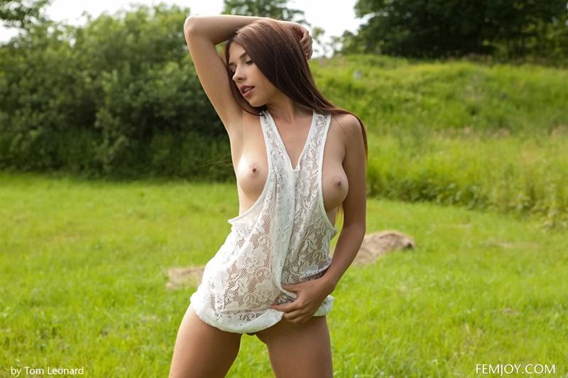 Morena peitudinha e gostosa muito safada tirando a roupa