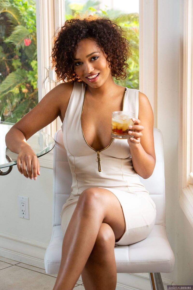 Noel Monique negra delicia bem linda e safada tirando a roupa tesuda