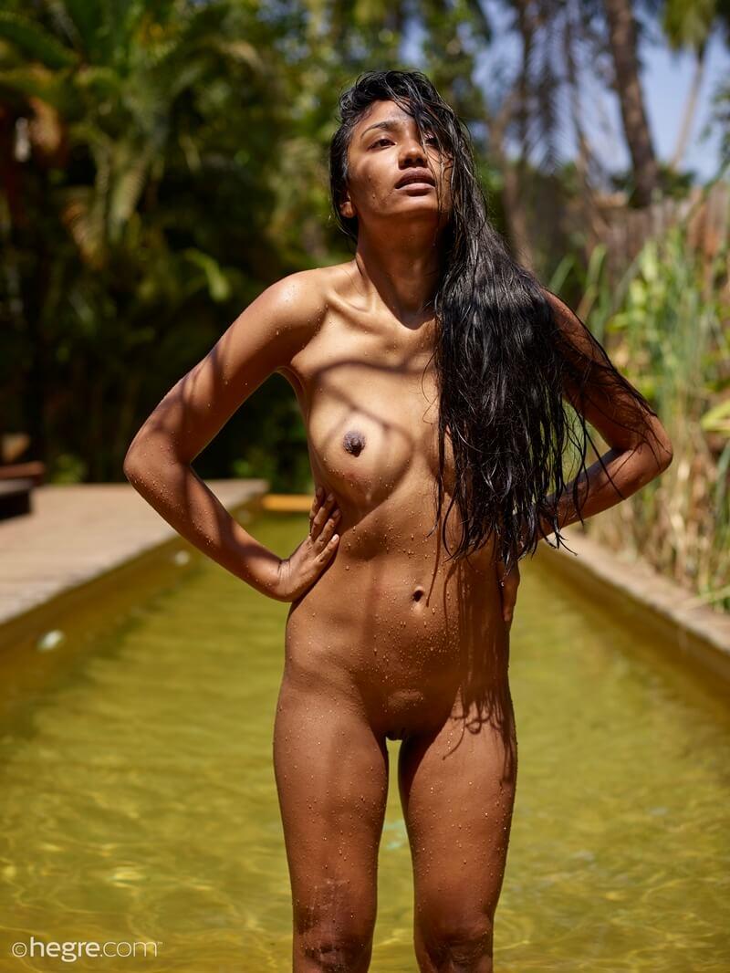 Nuna negra peitudinha delicia com tesão pelada na piscina