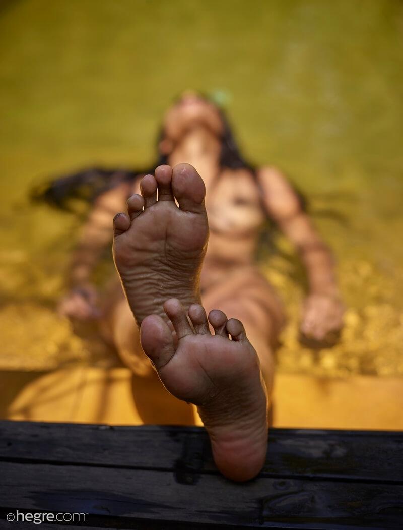 Negra peitudinha delicia com tesão pelada na piscina