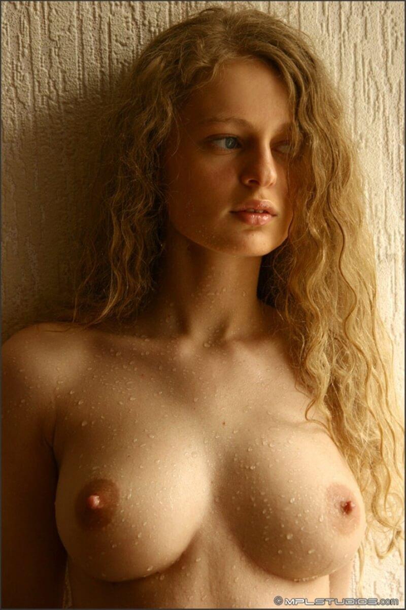 Olia gatinha dos seios maravilhosos e do corpo lindo.