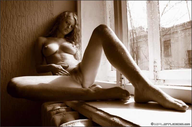Gatinha dos seios maravilhosos e do corpo lindo.
