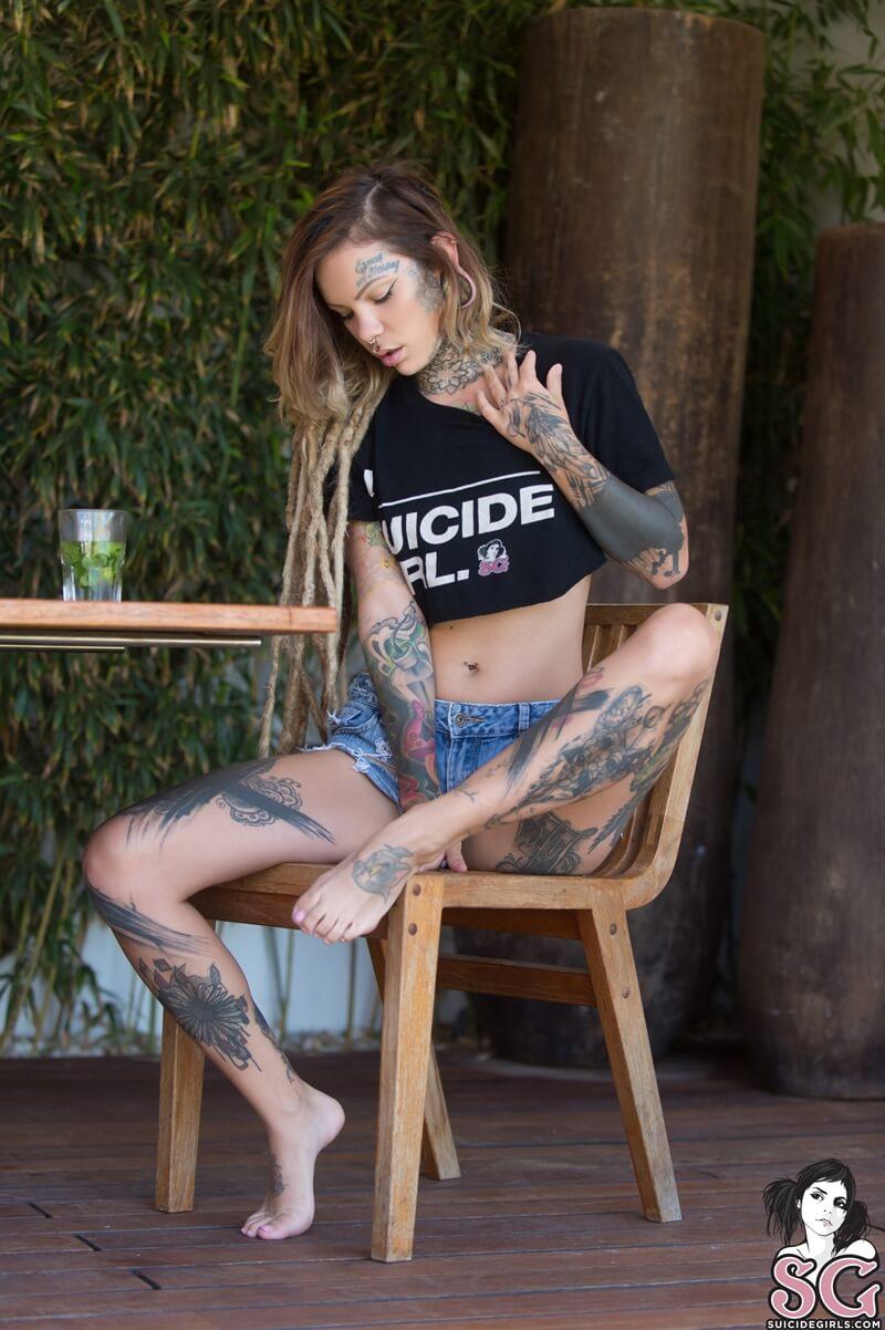 Paulam Suicide Girls ninfeta gostosa e sensual tirando a roupa bem safada delicia