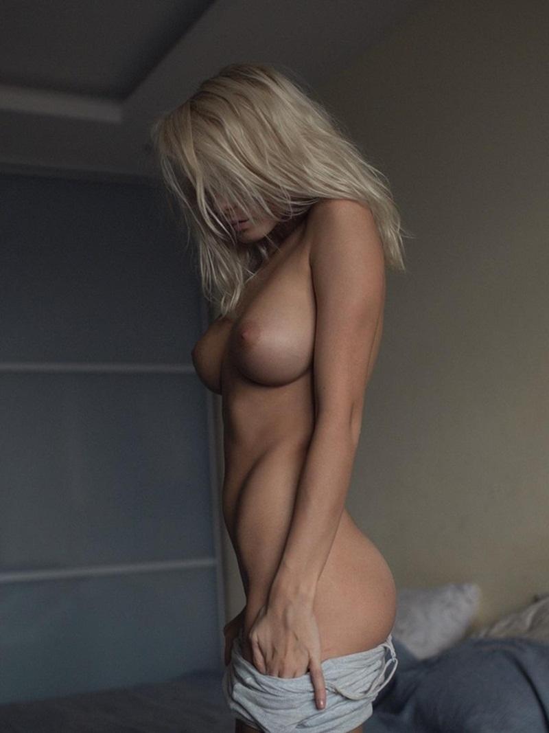 Mulheres peladinhas bem safadas exibindo os peitinhos lindos
