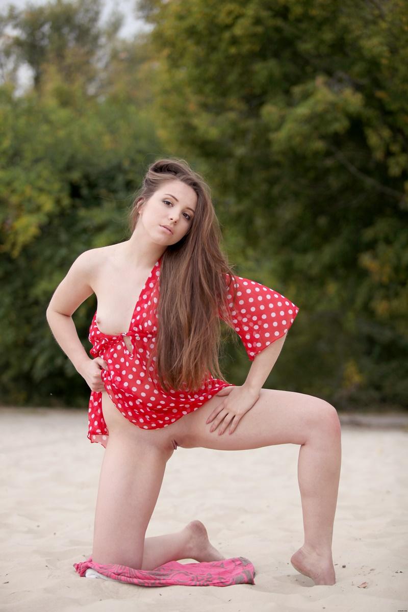 Morena gostosa tirando a roupa na praia e ficando de quatro