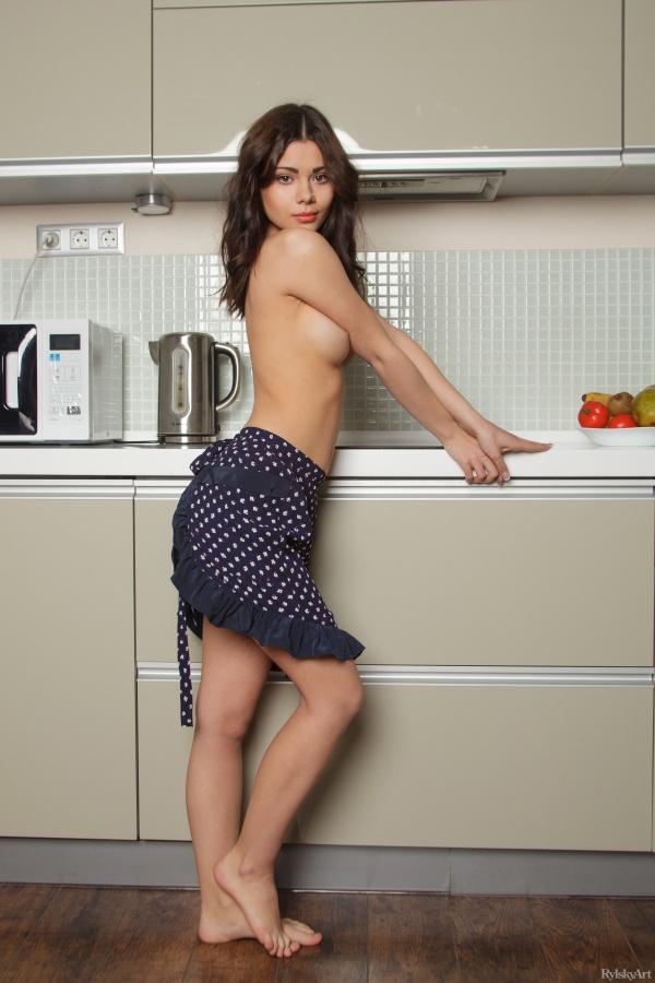 Morena linda e gostosa toda delicada peladinha na cozinha