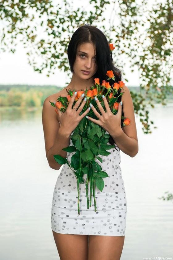 morena gostosa com flores maravilhosas