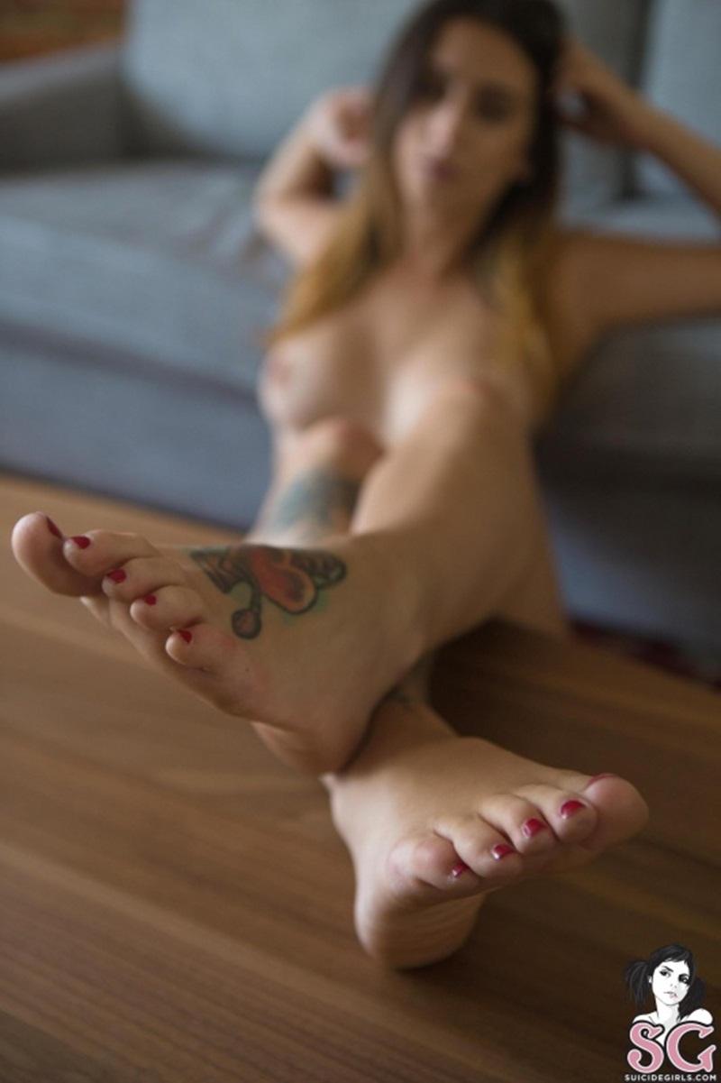 Morena linda peladinha mostrando os peitos delicia