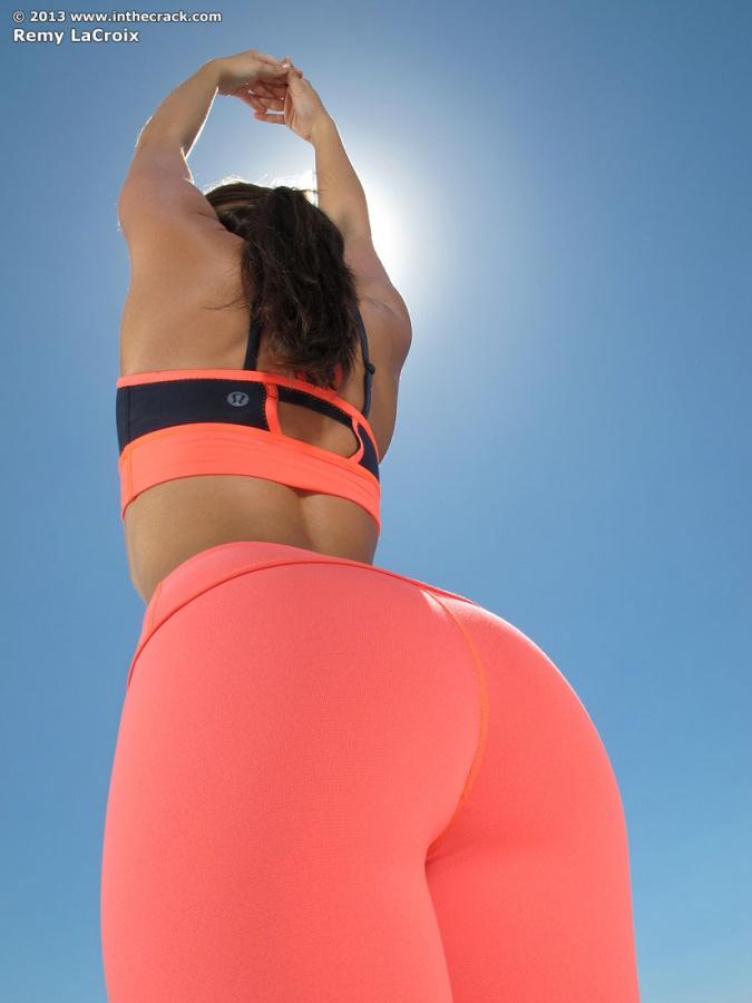 Remy Lacroix morena cavala fazendo Yoga ao ar livre bucetona perfeita