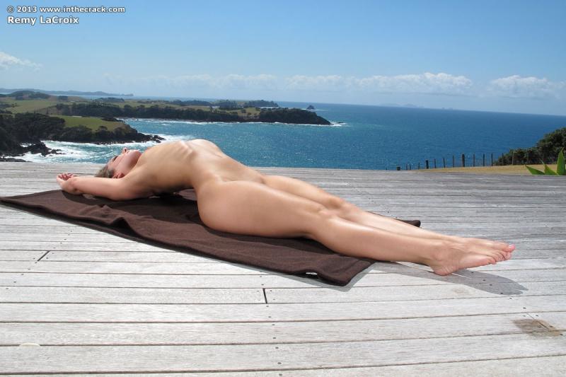 Morena cavala fazendo Yoga ao ar livre bucetona perfeita