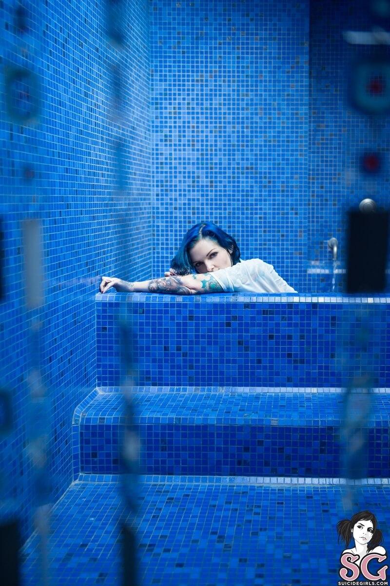 Peituda gostosa e safada com tesão tomando banho delicia