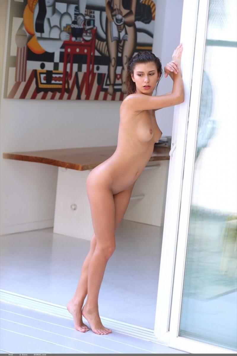 Uma morena gostosa mostrando seu lindo corpo na piscina.